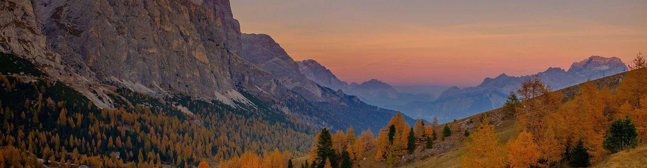 fotografía de viaje de los las montañas dolomites de italia en otoño durante una ruta de senderismo