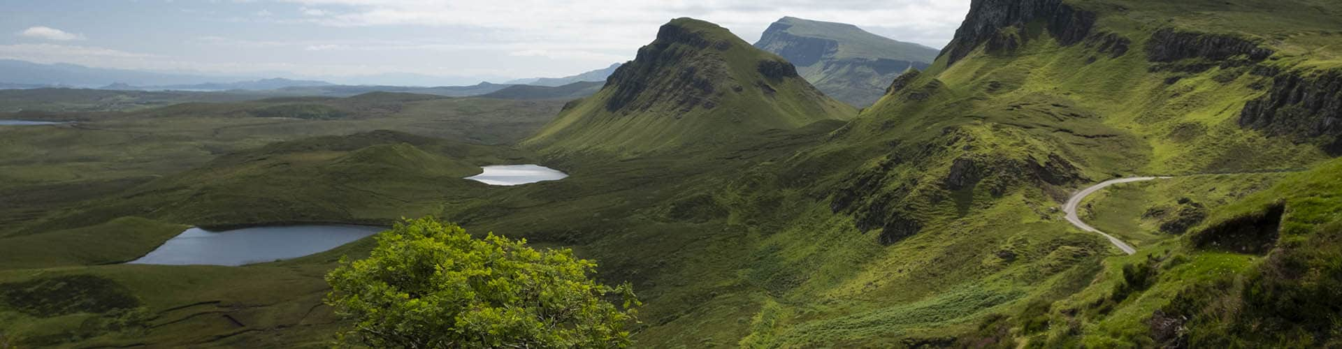 fotografía de paisaje con el valle verde eléctrico y los lagos de la Isla Skye en Escocia