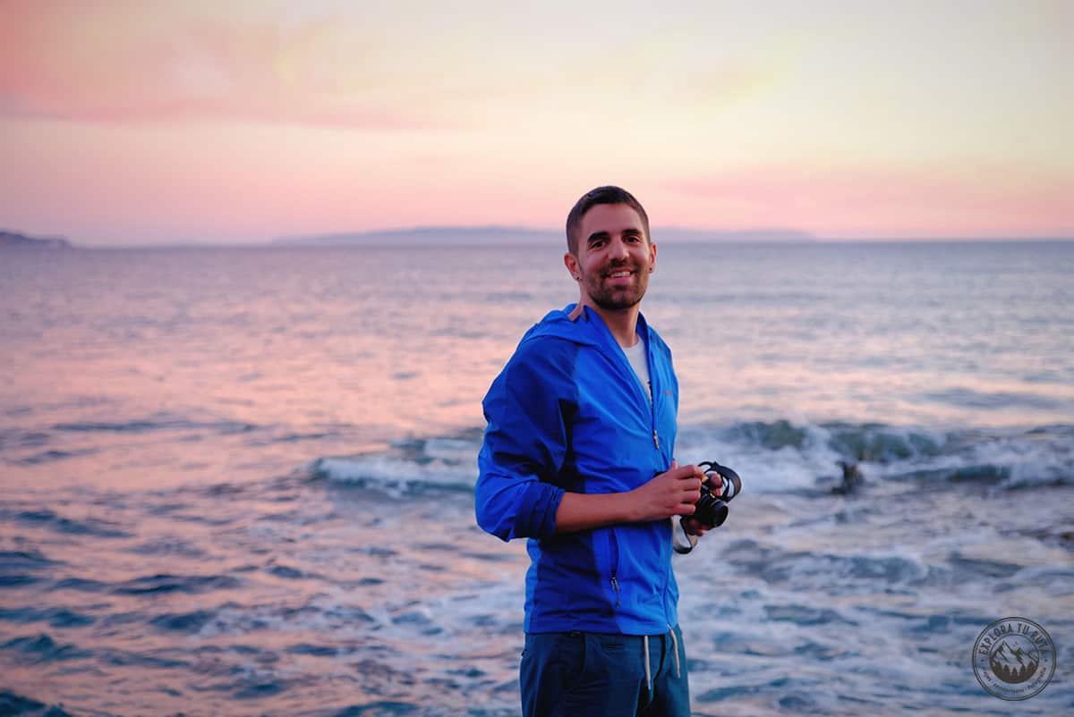 En 2017 ya lucía nuevo look y comenzaba a recuperar la mi fuerza física y mental. Pero la sonrisa siempre se mantenía enorme cuando viajaba. En esta foto en la costa de Cerdeña junto al sonido del mar.